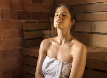 Sauna a ženy: saunování tělu i duši pomáhá, ale pozor na vlasy!