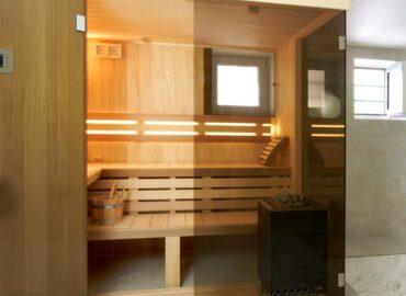 Obklad z Abachi a prosklené stěny sauně Modus mimořádně sluší