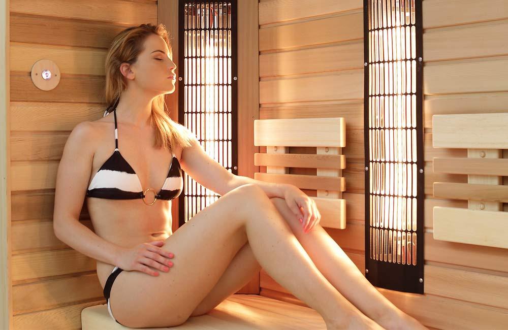 Do infrasauny, na rozdíl od finské sauny můžete i v plavkách. Infrazáření pronikne i skrz látku.