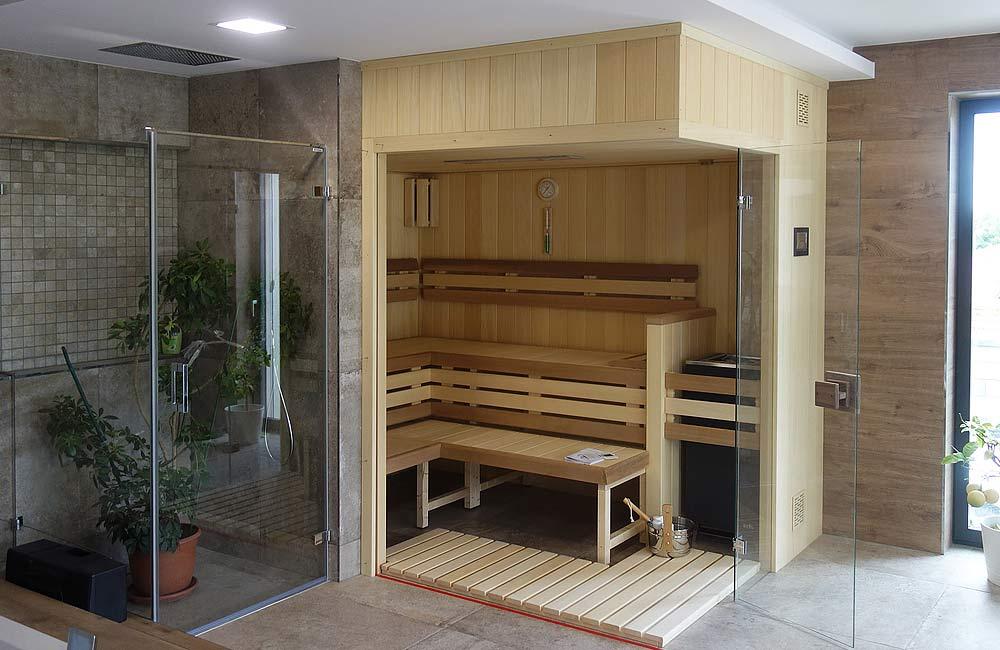 Příklad domácí sauny v domácím wellness s ochlazovací sprchou