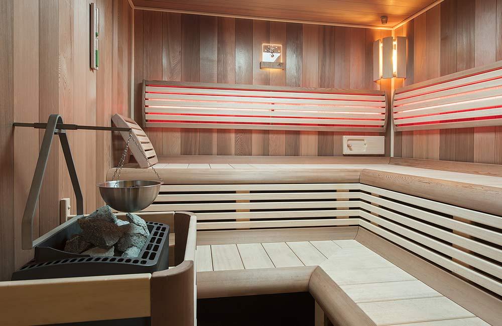 Interiér sauny Grand včetně saunových kamen se závěsnou miskou na aromatické esence
