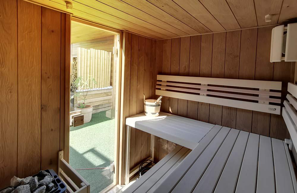 Pohled z venkovní sauny, která má stěny ošetřené tepelnou úpravou