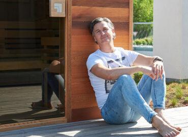 Rozhovor shercem Lumírem Olšovským o jeho nové sauně a saunování - video