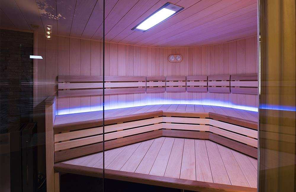 Barevné světlo do sauny se může instalovat do stropního panelu nebo jako liniové decentní osvětlení opěrek či lavice