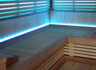 Vestavěná sauna Grand s obkladem z osiky a skleněnou stěnou