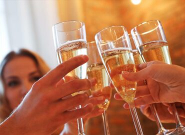 Saunování a alkohol – vše co byste měli vědět, než si dáte skleničku